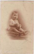 PHOTO ANCIENNE CPA- 1932 - BEBE -COLLIER/MEDAILLE/JOUET EN PELUCHE-ASSIS-COUSSIN