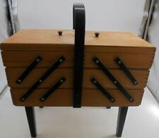 VINTAGE WOODEN CANTILEVER SEWING BOX. OAKHP3MT