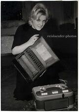 Triumph der Technik, tonbänder einst und jetzt. original-photo von 1960