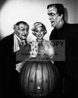 "AL LEWIS & FRED GWYNNE ""THE MUNSTERS"" - 8X10 HALLOWEEN PUBLICITY PHOTO (ZZ-412)"