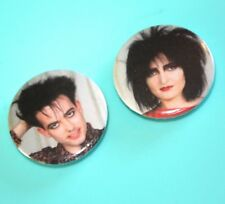 X2 GLOVE SIOUXSIE AND THE BANSHEES  ROBERT SMITH THE CURE BUTTON PIN BADGE