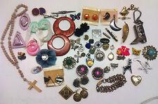 Lot de 55 anciens bijoux, boucles d'oreilles, médailles, broches, bijoux vintage