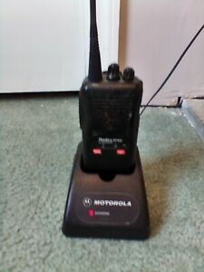 MOTOROLA  SP50  UHF PORTABLE TWO WAY RADIO WITH CHARGER
