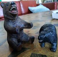 Petits ours en bois sculpté, yeux de verre et dents en os