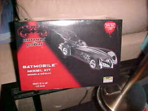 REVELL-MONOGRAM--------BATMOBILE WITH DRIVER
