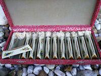 Serie de 12 porte couteaux en porcelaine faience fait main signés