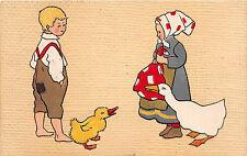 Junge mit Mutter , Ente mit Ganz Kinder Postkarte geprägt gel. 1917
