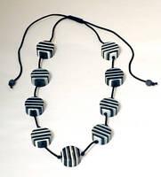 Trendige Künstlerhalskette schwarz weiß aus Acrylstein handgefertigt