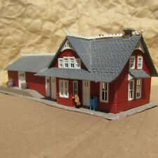 RETIRED ~ STATION with FIGURES by Model Power ~ Mayhayred Trains N Scale Lot