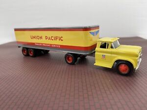 ERTL Diecast 1960 Union Pacific Chevrolet Tractor Trailer 1:43 NIB B618UO