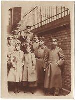 Soldaten mit Mädchen, Original-Fotografie, um 1916
