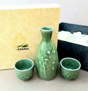 Teavana Porcelain Japanese Relief Sake 3 piece Set Carafe w/ two cups in Box