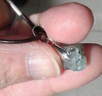Colgante con piedra natural de esmeralda en bruto