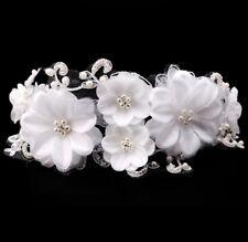 Accessoire mariage, bijou de cheveux orné de fleurs, tulle et perles blanches