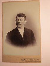 Linz a.d. Donau - Mann mit Bart im Anzug - Portrait / KAB