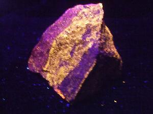 Svabit / Manganocalcit 4,7x4,6x3,4cm Rohstein UV-Mineralien-Rohsteine-Rohmineral