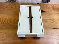 alter Besen Schrank aus Holz, Spielzeug, Deko (G)15841