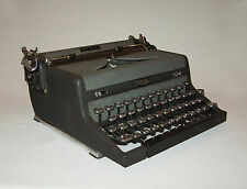 Nice old vtg 1940s Royal Quiet De Luxe Typewriter Portable With Case works great