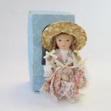 Le Elizabeth Austin COLLECTION MINIATURE 4.5 pouces poupée en porcelaine avec chapeau de paille