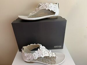 KENNETH COLE REACTION White Shine Through Flat Thong Sandal~Flowers~Size 7 M