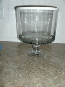 Pampered Chef Trifle Bowl with Pedestal & Lid Beautiful Condition 2832 Retired