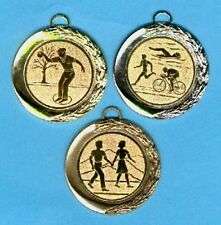 100 große Gold Medaillen Durchmesser 7cm mit Emblem + Band #520 (Pokale Pokal)
