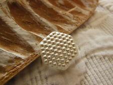 bouton ancien en verre  blanc satiné alveole hexagone 1,6 cm D13C