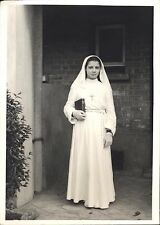 Photo portrait fillette communiante religion foi voile missel gants croix