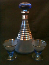 STUNNING RETRO BLUE & SILVER STRIPED GLASS DECANTER w/ PAIR MATCHING GLASSES