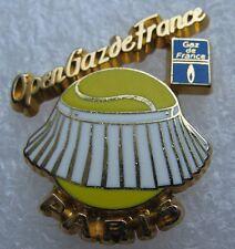 Pin's OPEN GAZ DE FRANCE PARIS Batte de Tennis avec robe Korus #A2