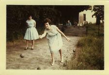 PHOTO ANCIENNE - VINTAGE SNAPSHOT -SPORT PÉTANQUE JEU BOULES LOISIRS FEMME DRÔLE