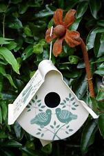 Peint main Commerce Équitable maison pour oiseaux. conception lolita crème et vert.