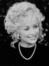 Dolly Parton UNSIGNED photo - L3151 - On the set of Steel Magnolias - NEW IMAGE!