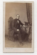 PHOTO - CDV - Homme Assis Chaise Costume Chapeau Maujean Vers 1870
