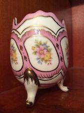 Oeuf rose tripode en porcelaine polychrome à décor fleuri