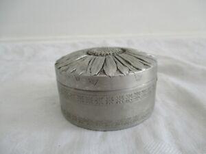 Ancienne boite à pilule début 1900/20 en aluminium à décor de fleur marguerite
