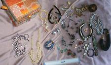 Lot bijoux faitaisie colliers boucles + coffret satin brodé perles & paillettes
