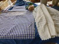 lot 2tabliersvintage ,blanc festonné main et bleu petit carreaux