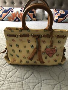 DOONEY AND BOURKE WOMENS SMALL HANDBAG WHITE WITH MULTI COLORED PRINT PRE OWNED!