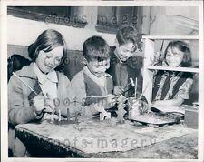1943 Hull House Children Refurbish Old Toys Chicago Press Photo