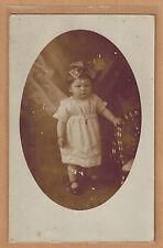 Carte Photo vintage card RPPC bébé fillette robe noeud cheveux kh0140