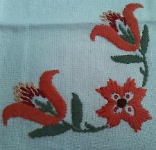 Oma's altes Vintage Tischdeckchen Wolle gewebt wunderschöne Blumen Stickerei