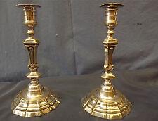 Paire bougeoirs flambeaux Régence. bronze argenté coquilles. h: 27 cm, 18 ème