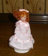 Mädchen im rosa Kleid mit roten Locken -Miniatur 1:12