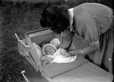 Jeune femme landau nouveau né bébé - ancien négatif photo verre an. 1930