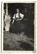 Jeune femme costume folklore traditionnel - photo ancienne snapshot an.1950