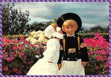 Bretagne Couple d'enfants en costume de Cornouaille