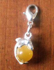 charms argentée dauphin perle oeil de chat en verre jaune orangé