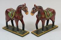 Paar stehende geschmückte Pferde geschnitzte bemalte Pferde Asien (RK825)