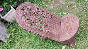 Superbe chaise à palabre Africaine richement sculptée scènes de rituel magique